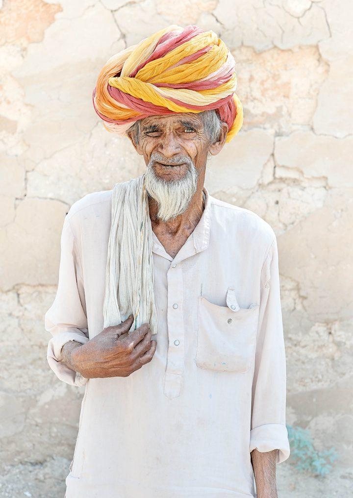 homem com vestimentas do oriente médio