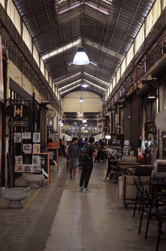 Turistas no Mercado de San Telmo em Buenos Aires
