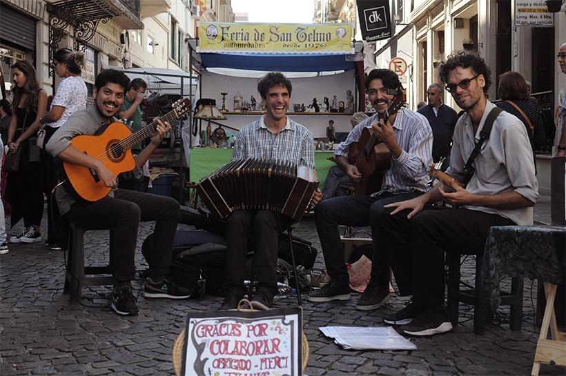 músicos de rua na Feira de San Telmo em Buenos Aires