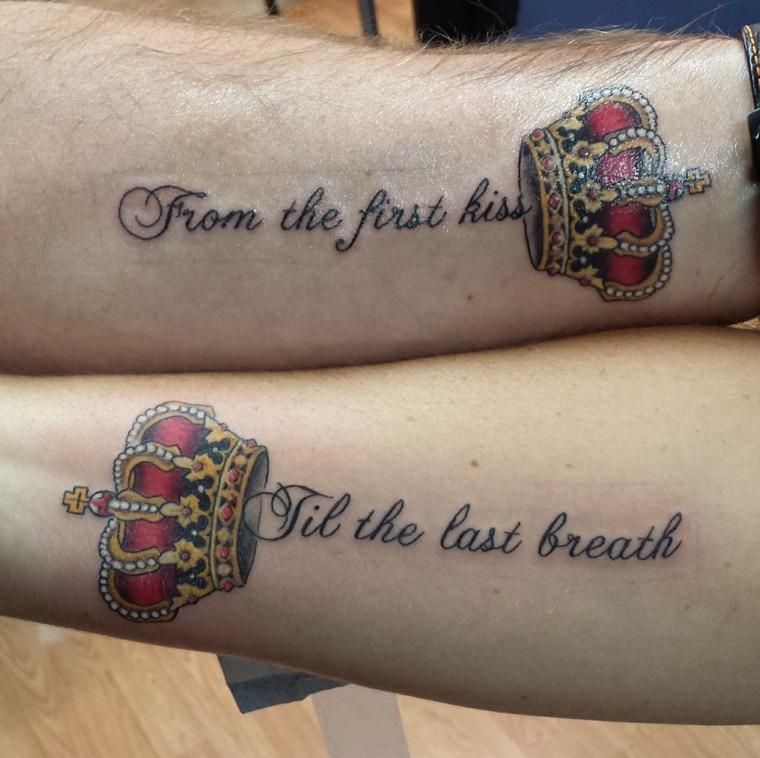 Tattoo de casal com coroa e frase